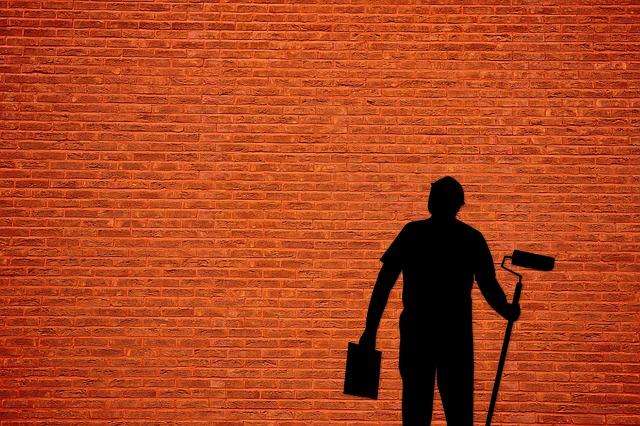 malíř pokojů u zdi