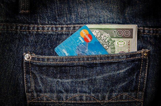 kapsa s bankovkou a kartou
