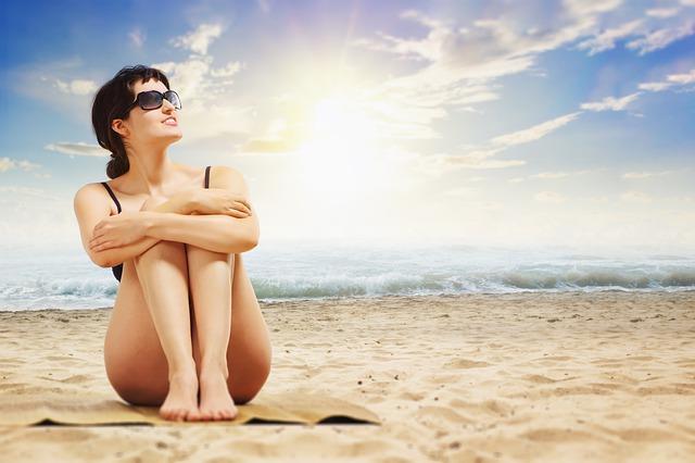 sedět na pláži