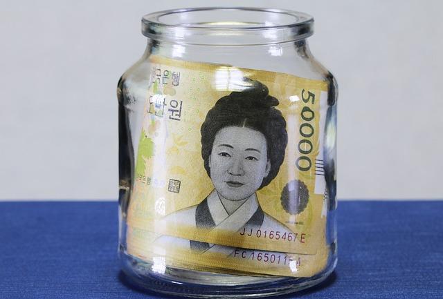 bankovky ve sklenici, asiatka, úspory.jpg