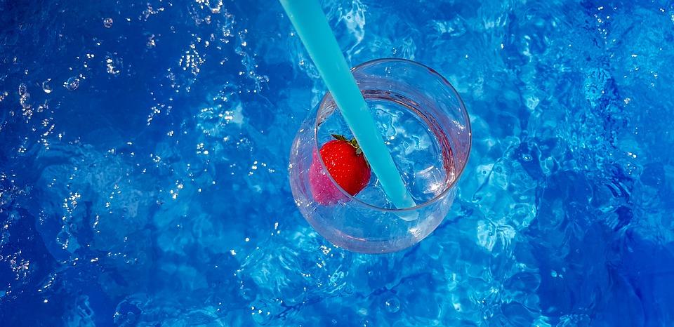 sklenice na vodní hladině